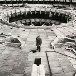 Francisco Gómez durante la realización de un reportaje en el Centro de Restauraciones Artísticas. Madrid . 1970