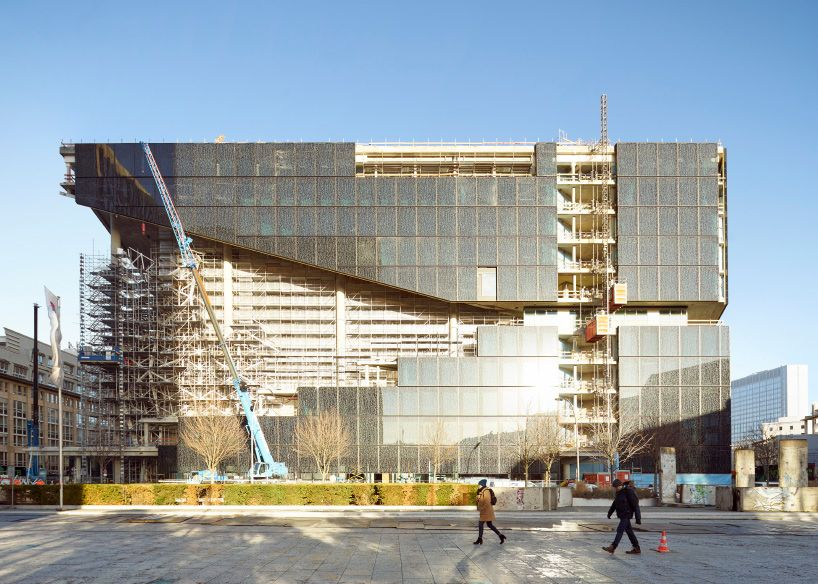 oma. Axel Springer Campus  . Berlin afasia (1)
